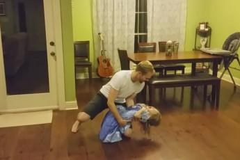 Папа танцует с дочерью