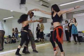 Парень танцует с двумя девушками