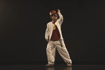 Танцует японец