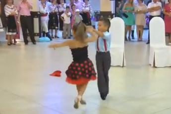 Танцуют дети